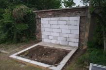 Dozdívání zdi za hrobkou